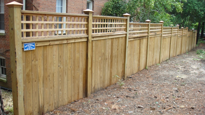 Photo Solid Board Wood Privacy Fence With Lattice Topper